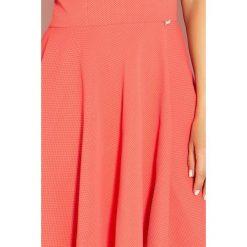 Sukienki: Monica Ekskluzywna sukienka z dłuższym tyłem – KORAL