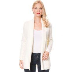 Kardigan w kolorze kremowym. Białe kardigany damskie marki William de Faye, z kaszmiru. W wyprzedaży za 181,95 zł.