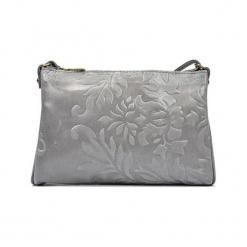 Skórzana torebka w kolorze srebrnym - (S)24 x (W)18 x (G)2 cm. Szare torebki klasyczne damskie Akcesoria na sylwestrową noc, w paski, z materiału, z tłoczeniem. W wyprzedaży za 139,95 zł.