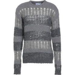 Holzweiler DIVIDED  Sweter grey. Szare swetry klasyczne męskie marki Alma en Pena, z materiału, na płaskiej podeszwie. W wyprzedaży za 798,85 zł.