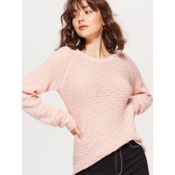 Żakardowy sweter - Kremowy. Białe swetry klasyczne damskie marki Cropp, l, z żakardem. Za 59,99 zł.