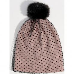 Czapka w groszki z pomponem - Różowy. Czerwone czapki damskie marki Mohito, z bawełny. Za 39,99 zł.
