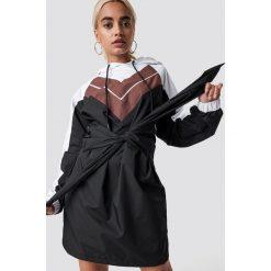 NA-KD Trend Sukienka z kapturem - Black,Multicolor. Sukienki małe czarne marki NA-KD Trend, w paski, z poliesteru, z klasycznym kołnierzykiem. Za 202,95 zł.