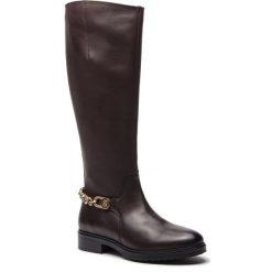 Oficerki TOMMY HILFIGER - Chain Long Boot L FW0FW03312 Coffee Bean 212. Brązowe buty zimowe damskie marki TOMMY HILFIGER, z materiału, na obcasie. Za 999,00 zł.