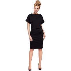 Czarna Sukienka z Kimonowym Rękawem z Ozdobną Wstążką w Pasie. Czarne sukienki balowe Molly.pl, l, w jednolite wzory, z dresówki, z kołnierzem typu klepsydra, z krótkim rękawem, midi, oversize. Za 107,90 zł.