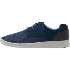 UGG HEPNER Sznurowane obuwie sportowe navy. Niebieskie buty skate męskie Ugg, z materiału, na sznurówki. W wyprzedaży za 412,30 zł.