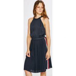 Tommy Hilfiger - Sukienka Roya. Sukienki małe czarne marki Reserved, z weluru, plisowane. W wyprzedaży za 629,90 zł.