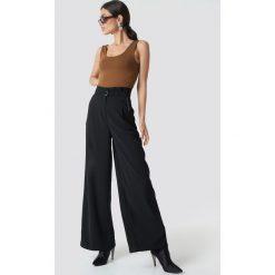 NA-KD Trend Spodnie z zakładkami i szerokimi nogawkami - Black. Białe spodnie z wysokim stanem marki NA-KD Trend, z nadrukiem, z jersey, z okrągłym kołnierzem. Za 202,95 zł.