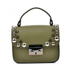 Skórzana torebka w kolorze khaki - (S)18 x (W)15 x (G)7 cm. Brązowe torebki klasyczne damskie Akcesoria na sylwestrową noc, w paski, z materiału. W wyprzedaży za 219,95 zł.