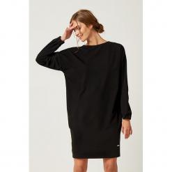 Sukienka w kolorze czarnym. Czarne sukienki marki SCUI, m, z okrągłym kołnierzem, midi, proste. W wyprzedaży za 149,95 zł.