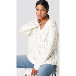 NA-KD Sweter ze splotem - White,Offwhite. Białe swetry klasyczne damskie NA-KD, z dzianiny, dekolt w kształcie v. Za 113,00 zł.