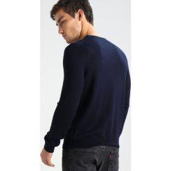 Calvin Klein STAMOS CREW NECK  Sweter roma. Pomarańczowe kardigany męskie marki Calvin Klein, l, z bawełny, z okrągłym kołnierzem. W wyprzedaży za 359,20 zł.
