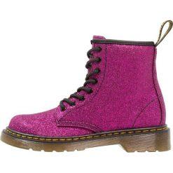 Dr. Martens DELANEY Botki sznurowane purple. Fioletowe buty zimowe damskie Dr. Martens, z materiału, na sznurówki. W wyprzedaży za 377,10 zł.