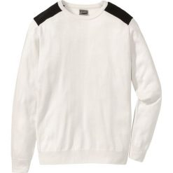 Sweter Regular Fit bonprix biały. Białe swetry klasyczne męskie bonprix, l, w prążki, z kontrastowym kołnierzykiem. Za 59,99 zł.