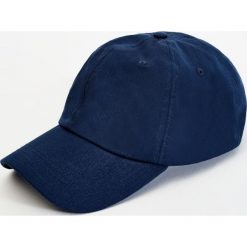 Niebieska czapka basic. Niebieskie czapki z daszkiem męskie marki Pull&Bear. Za 39,90 zł.