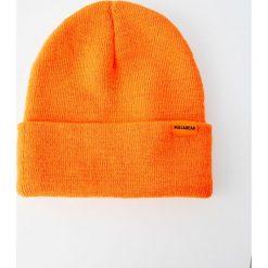 Jaskrawopomarańczowa czapka z dzianiny. Brązowe czapki męskie Pull&Bear, z dzianiny. Za 24,90 zł.