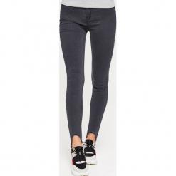 Jeansy HIGH WAIST - Szary. Szare spodnie z wysokim stanem Cropp, z jeansu. W wyprzedaży za 39,99 zł.
