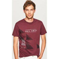 T-shirt z nadrukiem - Bordowy. Niebieskie t-shirty męskie z nadrukiem marki Reserved. Za 29,99 zł.