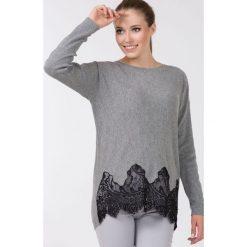 Swetry klasyczne damskie: Sweter z koronkowymi wstawkami