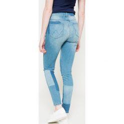 Wrangler - Jeansy High Rise Skinny Indigo Rules. Szare jeansy damskie rurki marki Wrangler, na co dzień, m, z nadrukiem, casualowe, z okrągłym kołnierzem, mini, proste. W wyprzedaży za 269,90 zł.