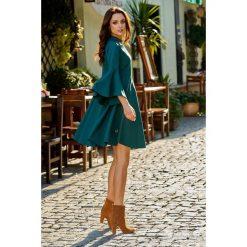 Zjawiskowa sukienka z rozszerzanymi rękawami ciemna zieleń HAVEN. Zielone sukienki hiszpanki Lemoniade, na spotkanie biznesowe, na jesień, z golfem, proste. Za 159,90 zł.