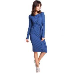 ELENA Sukienka z asymetrycznym wiązaniem w talii - niebieska. Niebieskie sukienki asymetryczne marki numoco, na imprezę, s, w kwiaty, z jeansu, sportowe. Za 154,90 zł.