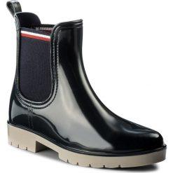 Kalosze TOMMY HILFIGER - Olaya 1R FW0FW01802  Midnight 403. Czarne buty zimowe damskie marki TOMMY HILFIGER, z materiału, z okrągłym noskiem, na obcasie. W wyprzedaży za 239,00 zł.