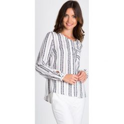 Bluzki damskie: Biała bluzka w szare paski z kieszonką QUIOSQUE