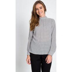 Bluzki damskie: Biała bluzka ze stójką w czarne groszki QUIOSQUE