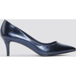NA-KD Shoes Metaliczne czółenka na średnim obcasie - Blue. Niebieskie buty ślubne damskie NA-KD Shoes, na średnim obcasie. W wyprzedaży za 36,59 zł.