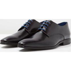 Azzaro JORY Eleganckie buty noir. Czarne buty wizytowe męskie Azzaro, z materiału, na sznurówki. Za 609,00 zł.