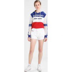 Tommy Jeans HOTPANT SHORT Szorty jeansowe soft white rigid. Białe jeansy damskie marki Tommy Jeans, z bawełny. W wyprzedaży za 381,65 zł.