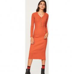 Dopasowana sukienka midi - Czerwony. Czerwone sukienki marki Reserved, l, midi, dopasowane. Za 99,99 zł.