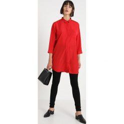 Modström JEX Koszula apple red. Czarne koszule damskie marki NOFX, s, z nadrukiem, z okrągłym kołnierzem. Za 379,00 zł.