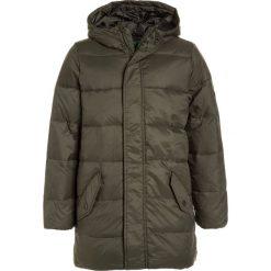 Benetton Płaszcz puchowy khaki. Brązowe kurtki chłopięce marki Benetton, z materiału. W wyprzedaży za 239,20 zł.