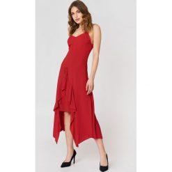 Trendyol Sukienka z troczkiem z przodu - Red. Szare sukienki z falbanami marki Trendyol, na co dzień, z elastanu, casualowe, midi, dopasowane. W wyprzedaży za 72,78 zł.