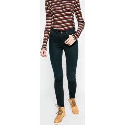 Wrangler - Jeansy BlueBlack. Szare jeansy damskie marki Wrangler, na co dzień, m, z nadrukiem, casualowe, z okrągłym kołnierzem, mini, proste. W wyprzedaży za 239,90 zł.