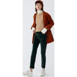 Spodnie sztruksowe slim fit z wysokim stanem. Szare spodnie z wysokim stanem Pull&Bear, ze sztruksu. Za 79,90 zł.