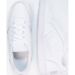 Nike Sportswear COURT BOROUGH  Tenisówki i Trampki white. Białe trampki chłopięce Nike Sportswear, z materiału. Za 189,00 zł.