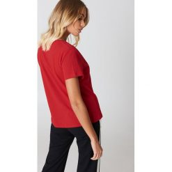 NA-KD Basic T-shirt z dekoltem V - Red. Różowe t-shirty damskie marki NA-KD Basic, z bawełny. Za 52,95 zł.