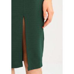 Sukienki hiszpanki: WAL G. V NECK FRILL SLEEVE Sukienka etui dark green