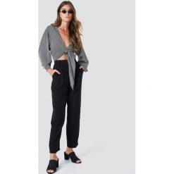 Spodnie z wysokim stanem: NA-KD Trend Luźne spodnie garniturowe – Black
