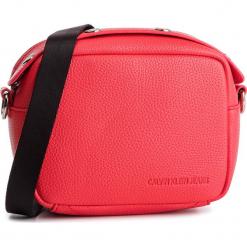 Torebka CALVIN KLEIN JEANS - Logo Banner Camera Bag K40K400807 634. Czerwone listonoszki damskie Calvin Klein Jeans, z jeansu, zdobione. Za 299,00 zł.