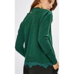 Guess Jeans - Sweter Addy. Niebieskie swetry klasyczne damskie marki Guess Jeans, z obniżonym stanem. W wyprzedaży za 299,90 zł.