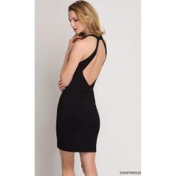 Sukienki balowe: Czarna sukienka bez pleców