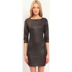 SUKIENKA DAMSKA KOLOROWA. Brązowe sukienki balowe Top Secret, na jesień, w kolorowe wzory, dopasowane. Za 49,99 zł.