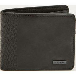 Portfel z wytłoczonym geometrycznym wzorem z boku. Czarne portfele męskie Pull&Bear, w geometryczne wzory. Za 49,90 zł.