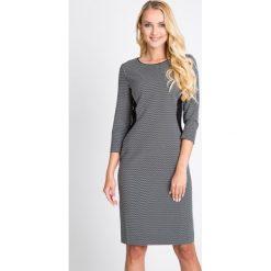 Szara sukienka z bocznymi wstawkami QUIOSQUE. Szare sukienki balowe marki QUIOSQUE, do pracy, z tkaniny, z klasycznym kołnierzykiem, midi, ołówkowe. W wyprzedaży za 79,99 zł.