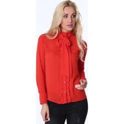 Koszula z żabotem i wiązaniem czerwona MP26010. Czerwone koszule wiązane damskie marki Fasardi, l, z żabotem. Za 63,20 zł.