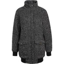 Modström BLAIR Krótki płaszcz grey. Czarne płaszcze damskie wełniane marki NOFX, s, z nadrukiem, z okrągłym kołnierzem. W wyprzedaży za 506,35 zł.